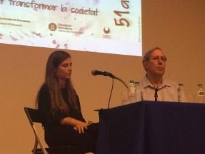 La periodista Núria Martínez va conversar amb Ferran Ruiz durant l'Escola d'Estiu de Rosa Sensat.