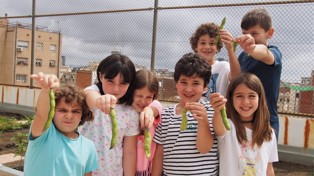 Membres de la cooperativa d'alumnes VerduraIM mostrant la collita | SANDRA VICENTE